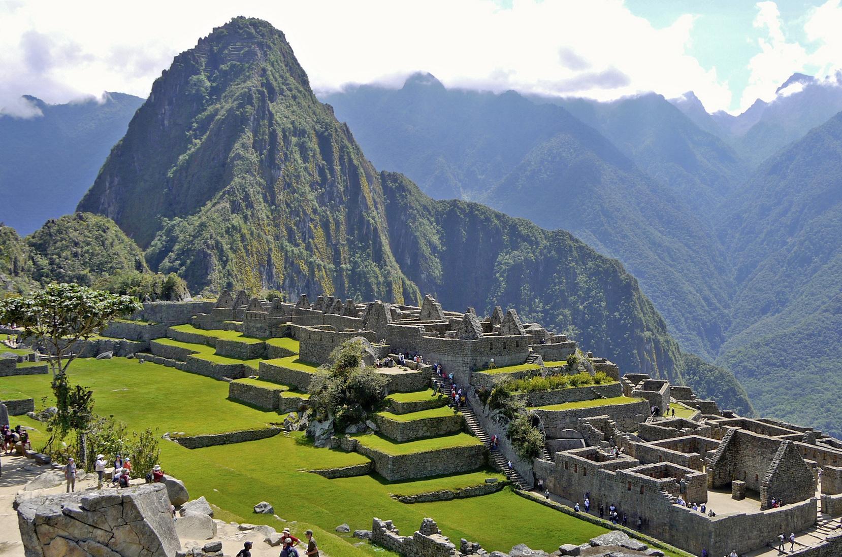 Machu Picchu parcialmente despejado