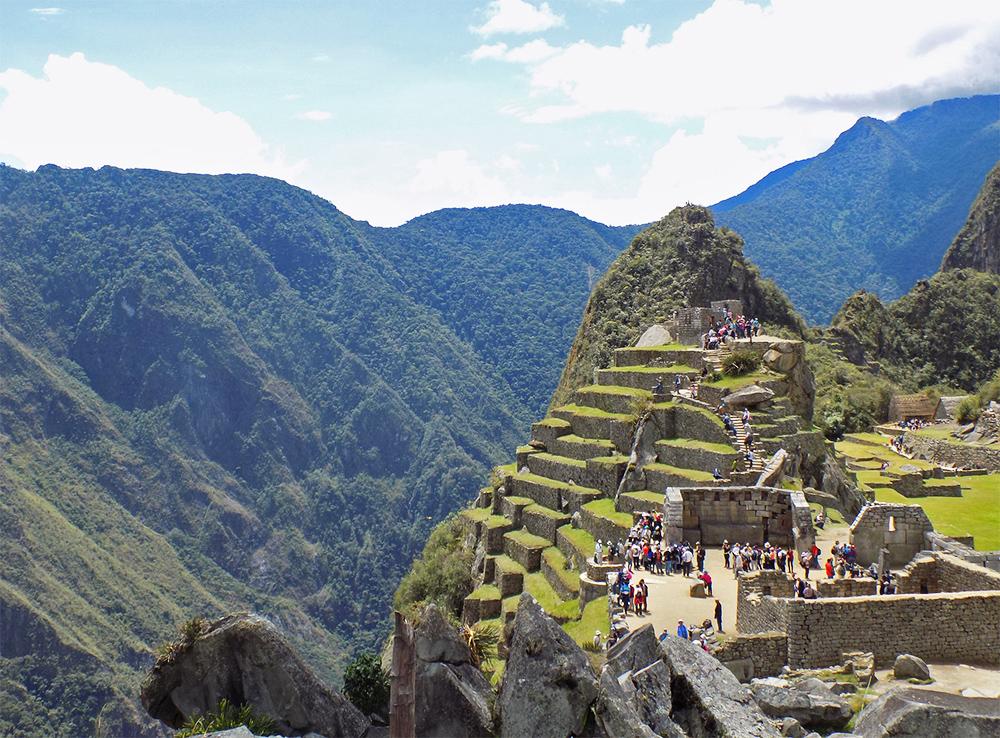 Terrazas con montañas detrás en Machu Picchu