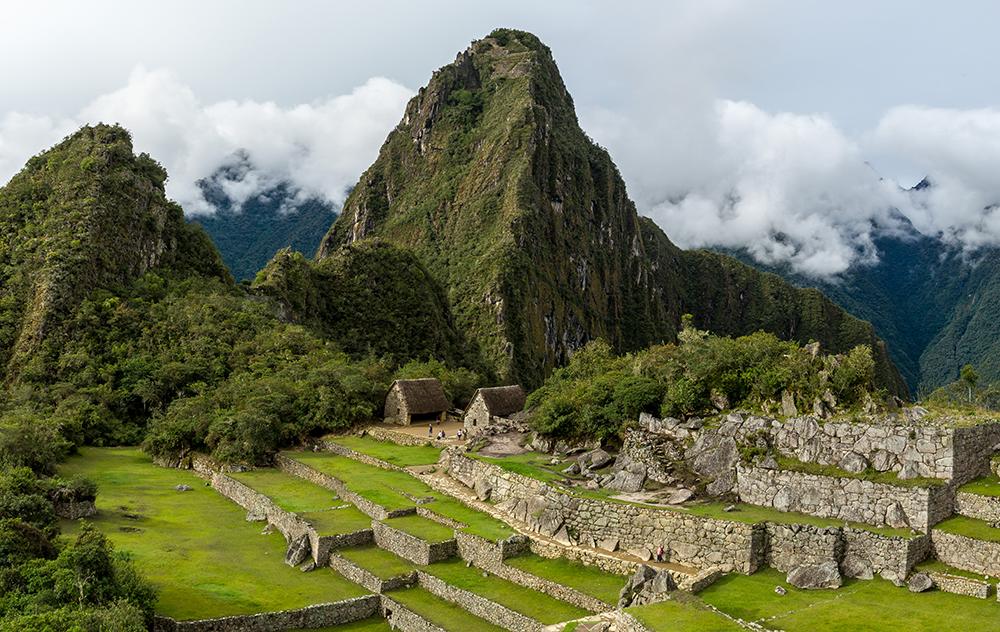 Dos montañas de Machu Picchu en un día nublado