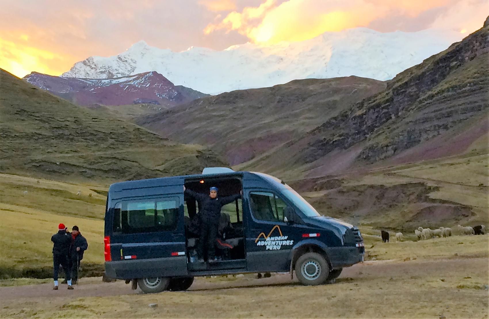 Minivan en Montaña Arcoíris