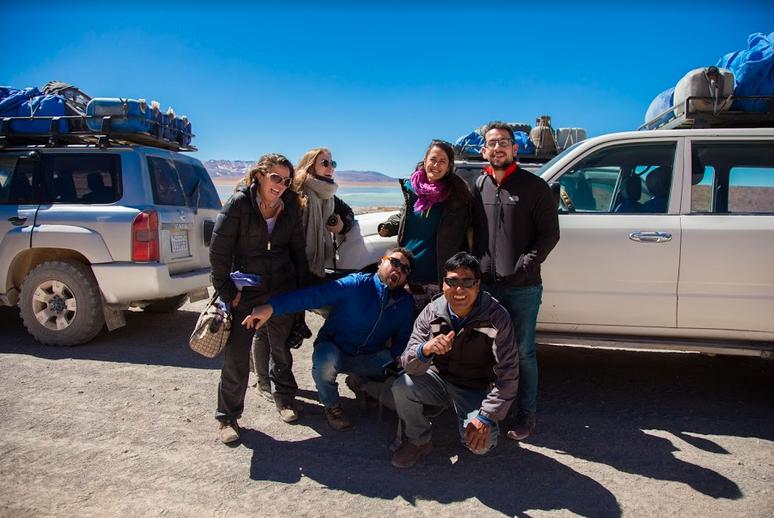 Viajeros se toman una foto antes de iniciar viaje de regreso a Atacama