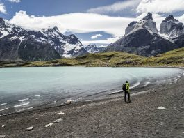 Playa y viajero en patagonia y torres del paine