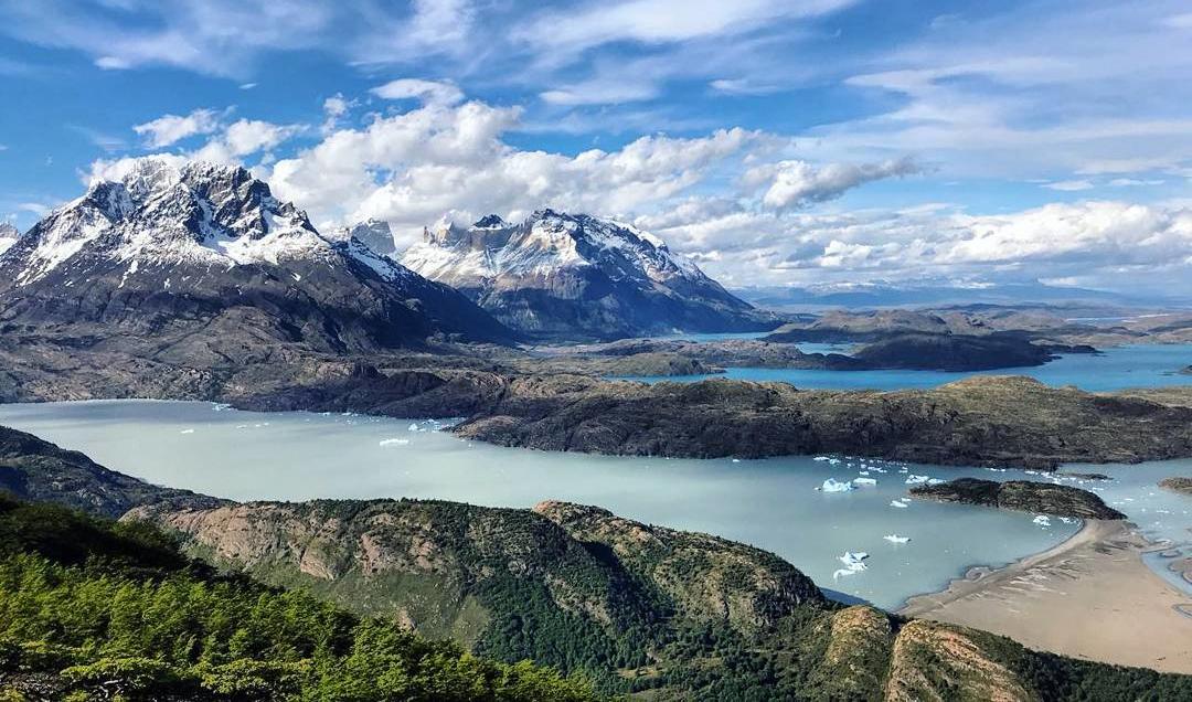 Lago, tempanos de hielo y montañas