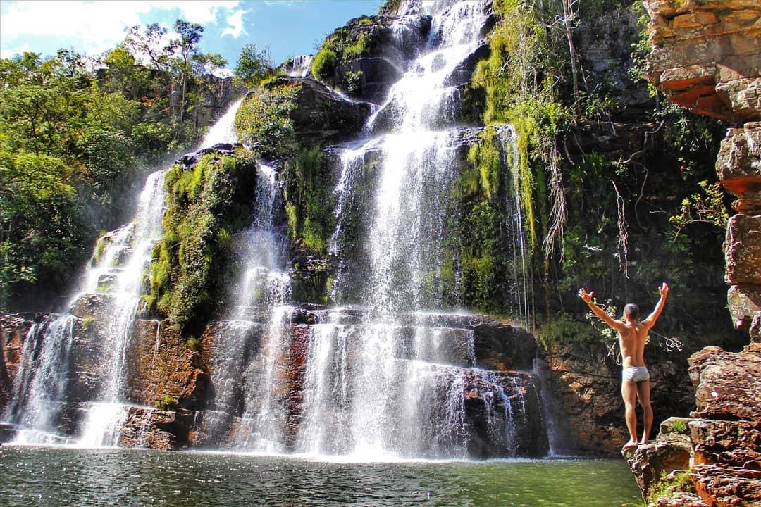 Hombre frente a cascadas