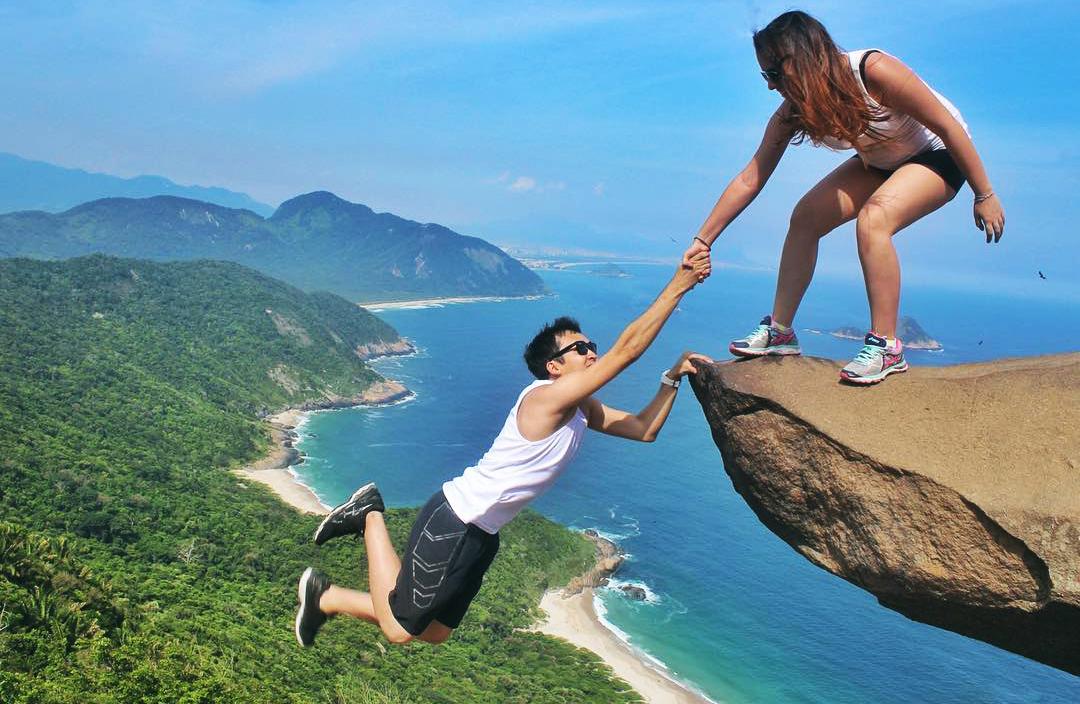 Pareja en acantilado en Brasil