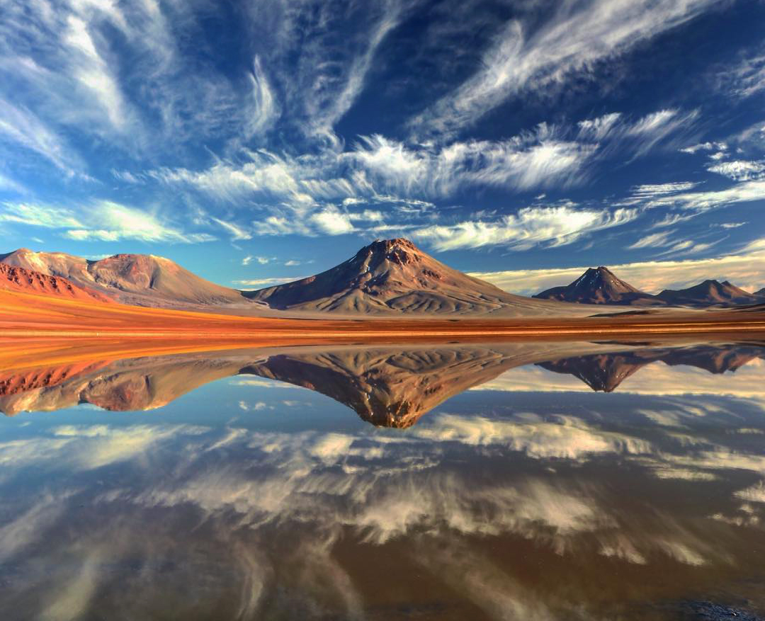 Volcanes y laguna reflejada con el cielo