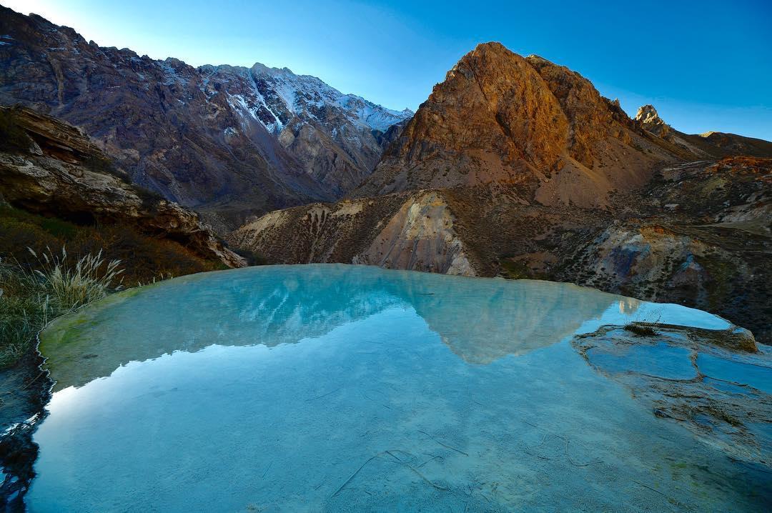 piscina azul en medio de la montaña