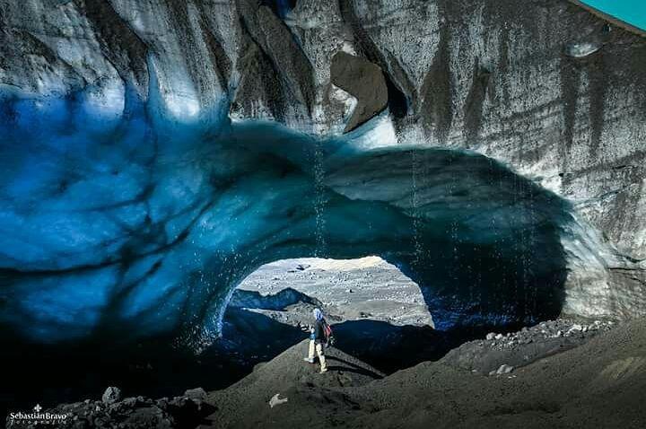Hombre parado bajo puente de hielo Chile