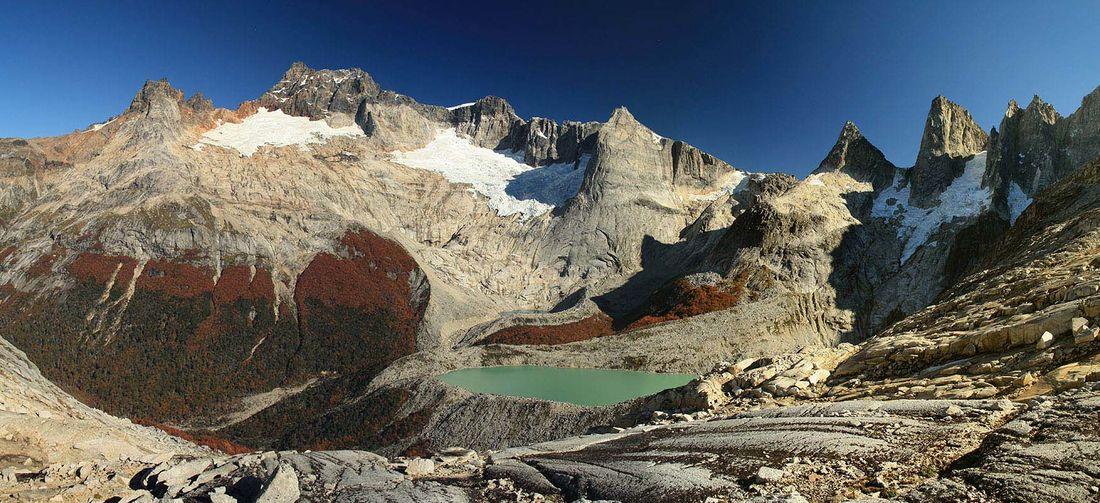 Laguna y montañas en otoño Chile