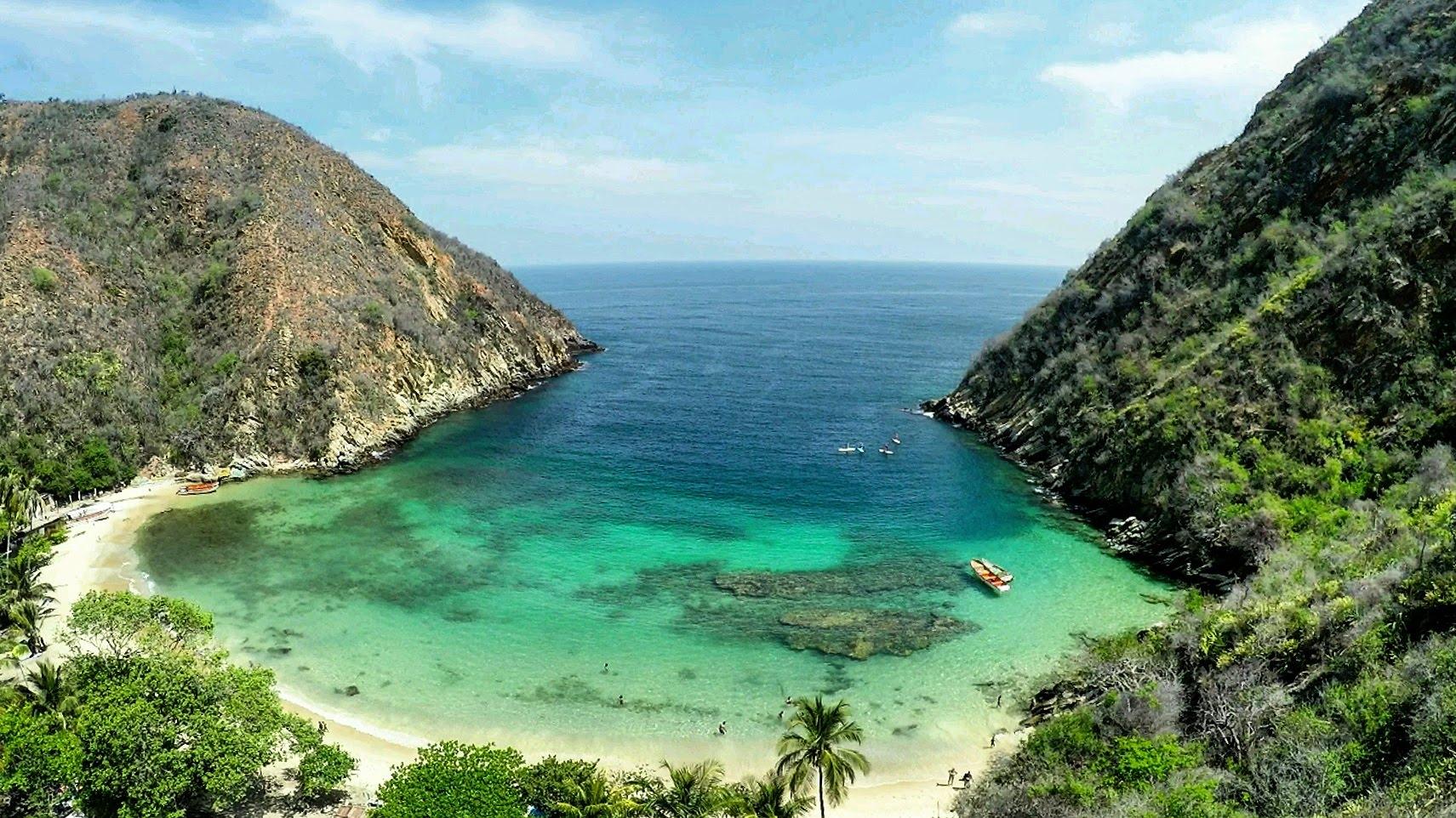 playa de color verde esmeralda