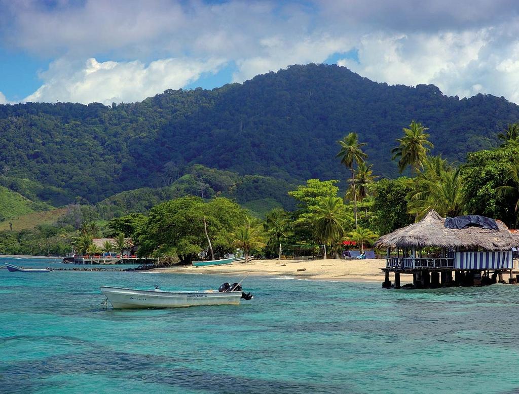 playa y montañas de la selva de colombia