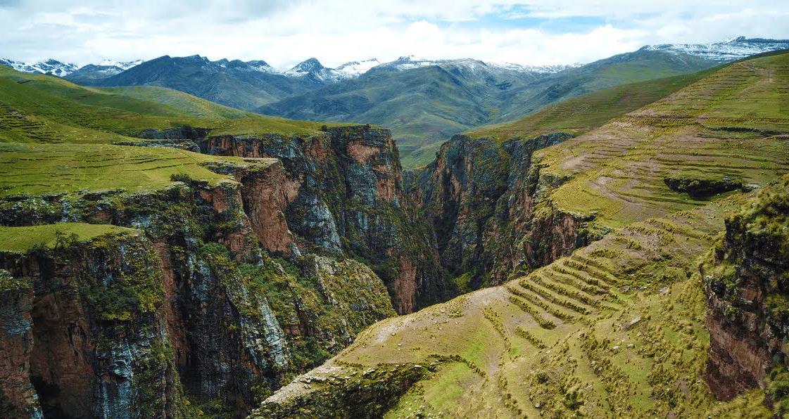 Cañón y montañas en Cusco