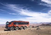 Camión Atacama Hat frente a volcanes