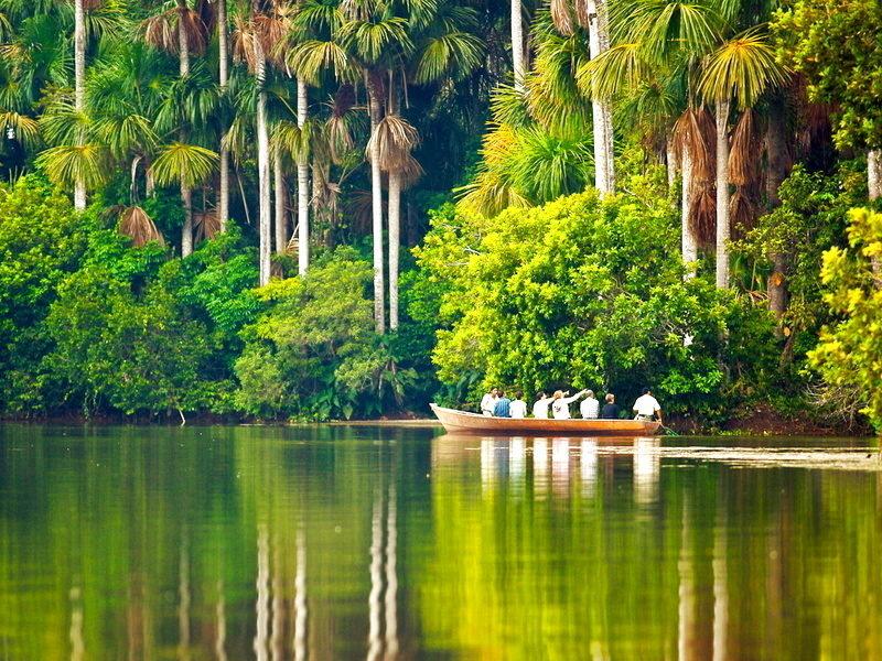 navegando por la selva peruana