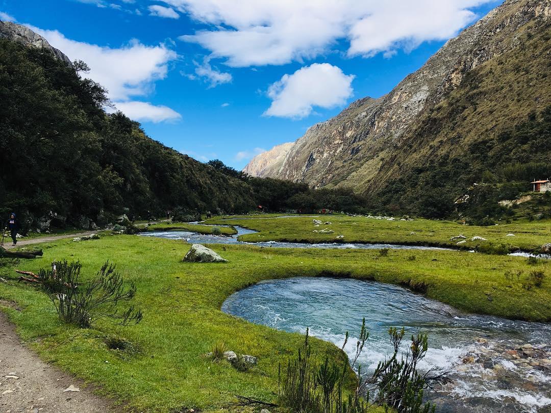 Sendero en planicie verde y rios