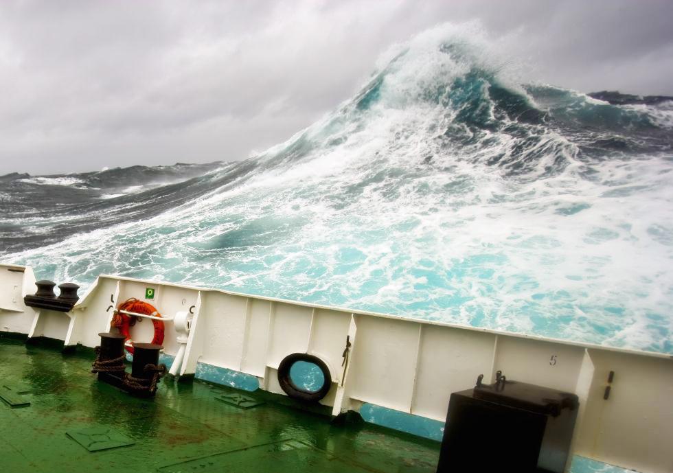 Olas gigantes desde en barco