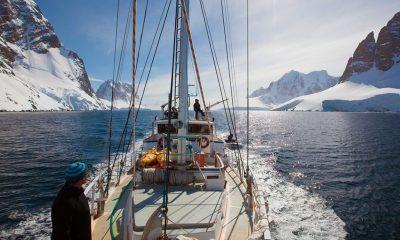 Barco navegando por la antartica