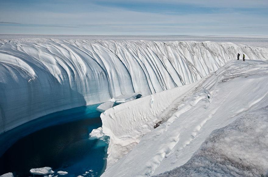Personas en masas de hielo en la antartica