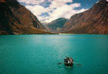 Laguna turquesa y personas en bote