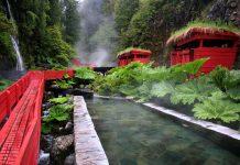 Termas con pasarelas de madera roja
