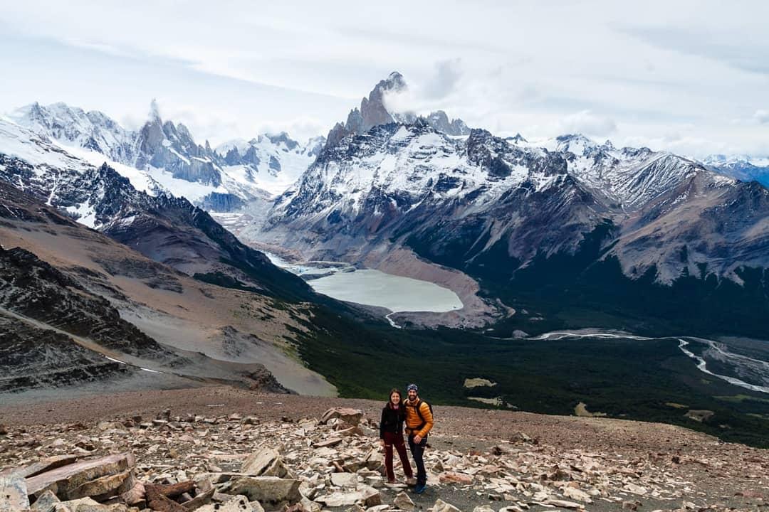 Pareja frente a paisaje en la patagonia