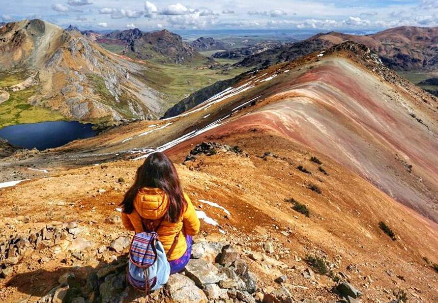 Viajera y montaña de colores