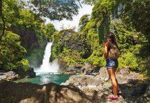 Viajera frente a cascada en el bosque de huilo huilo