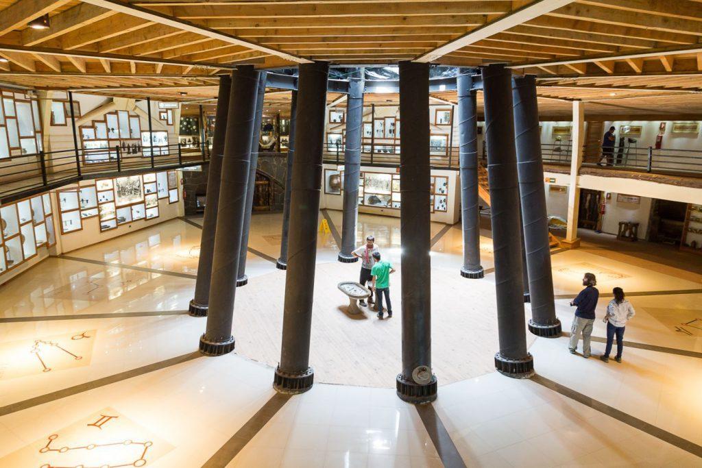 Personas caminando en un museo en Huilo Huilo