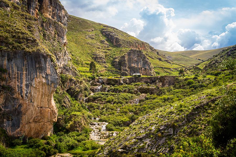 Paisaje rocoso y con vegetación en río de Ayacucho