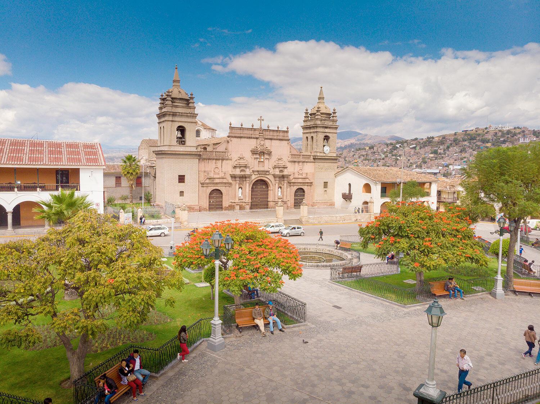 Ciudad colonial con iglesia en Ayacucho