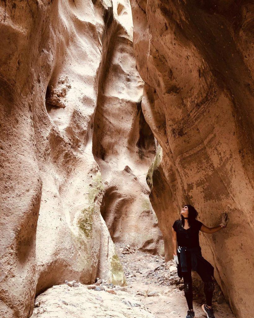 Chicha entremedio de grietas en cañón de Ayacucho