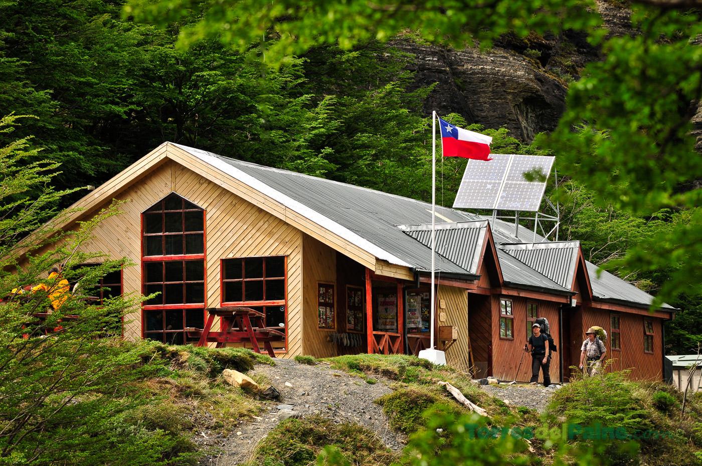 Refugio de madera enmedio del bosque en Torres del Paine
