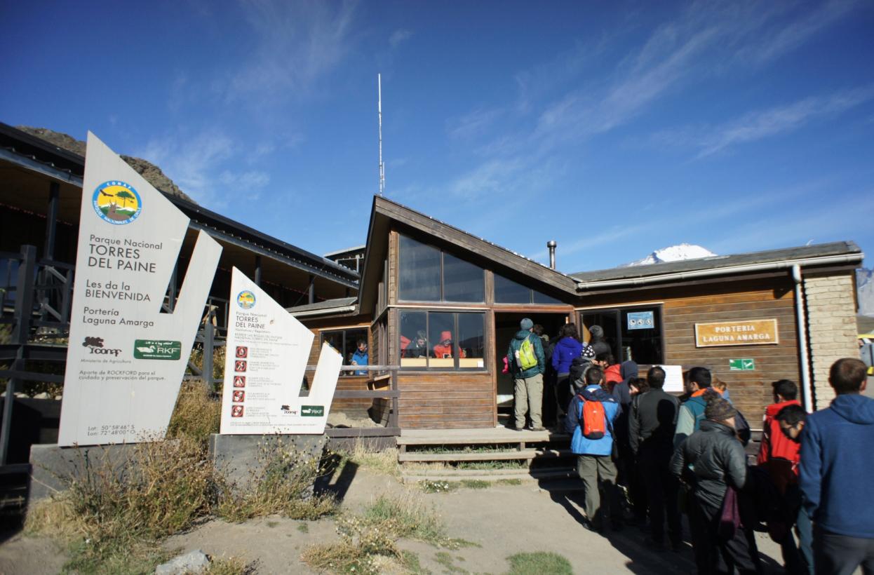 Personas haciendo fila para entrar a Parque Nacional Torres del Paine