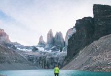 Viajero parado frente a muros de granito en Base Torres