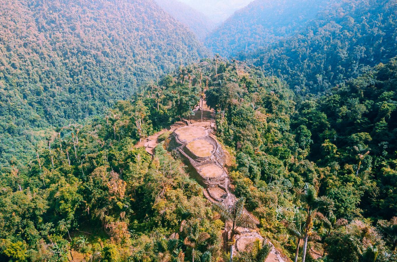 Restos arqueológicos enmedio de la selva tropical