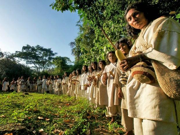 Grupo indígena con vestimenta blanca