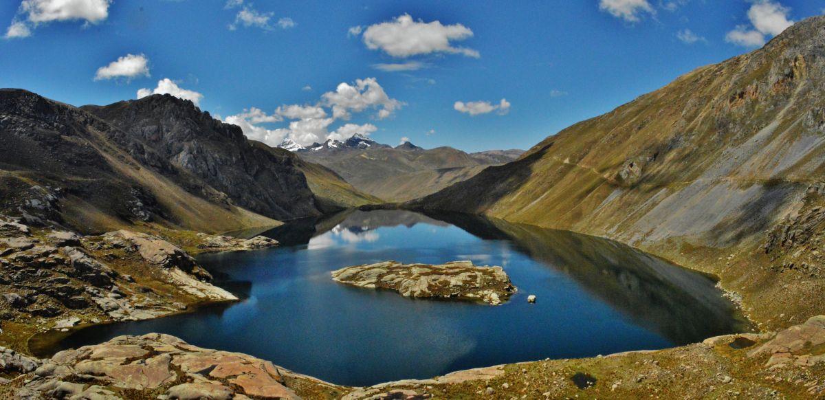Gran laguna enmedio de las montañas