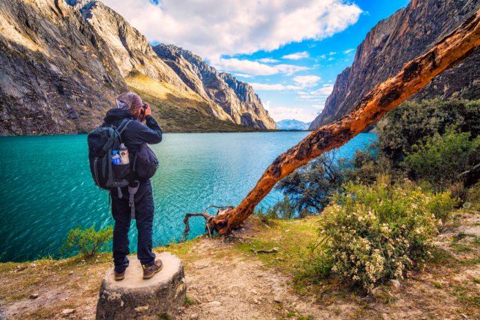 Viajero tomando fotografía de Laguna Llanganuco