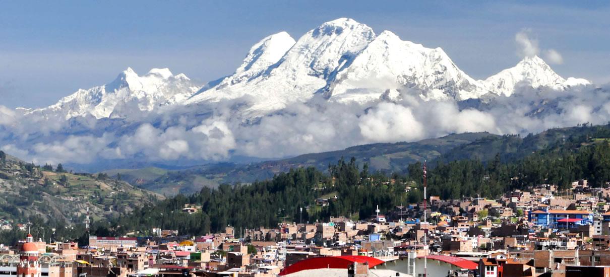 Ciudad bajo imponente nevado en Huaraz