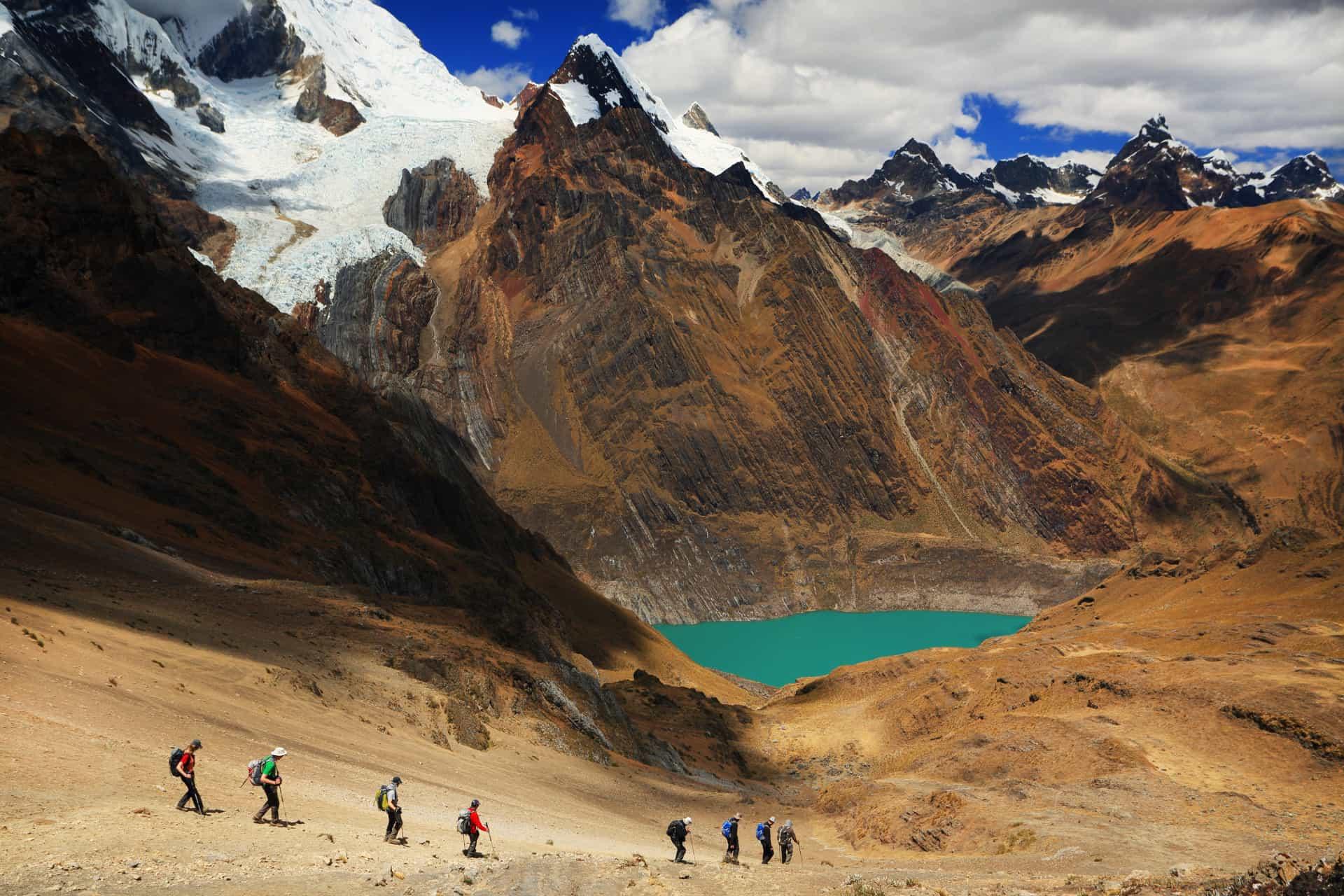Viajeros caminan por paisaje montañoso en Huaraz