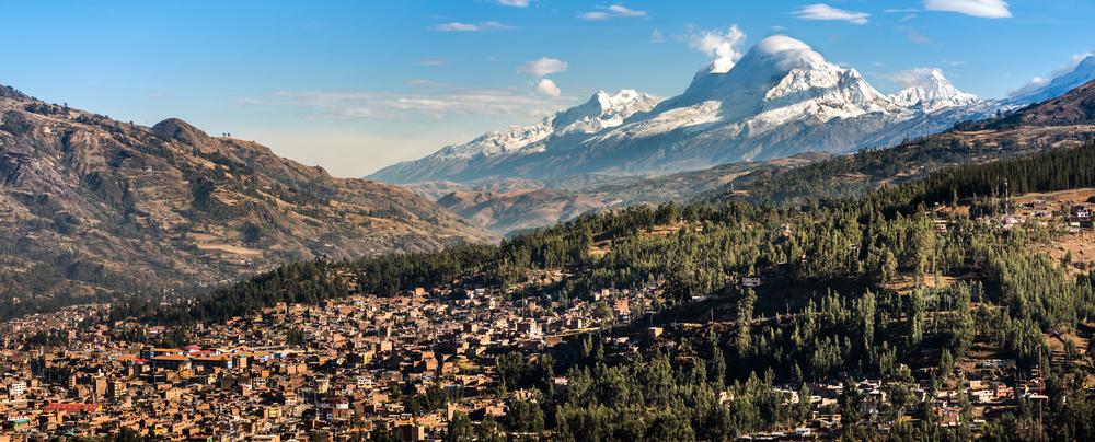 Ciudad bajo las montañas