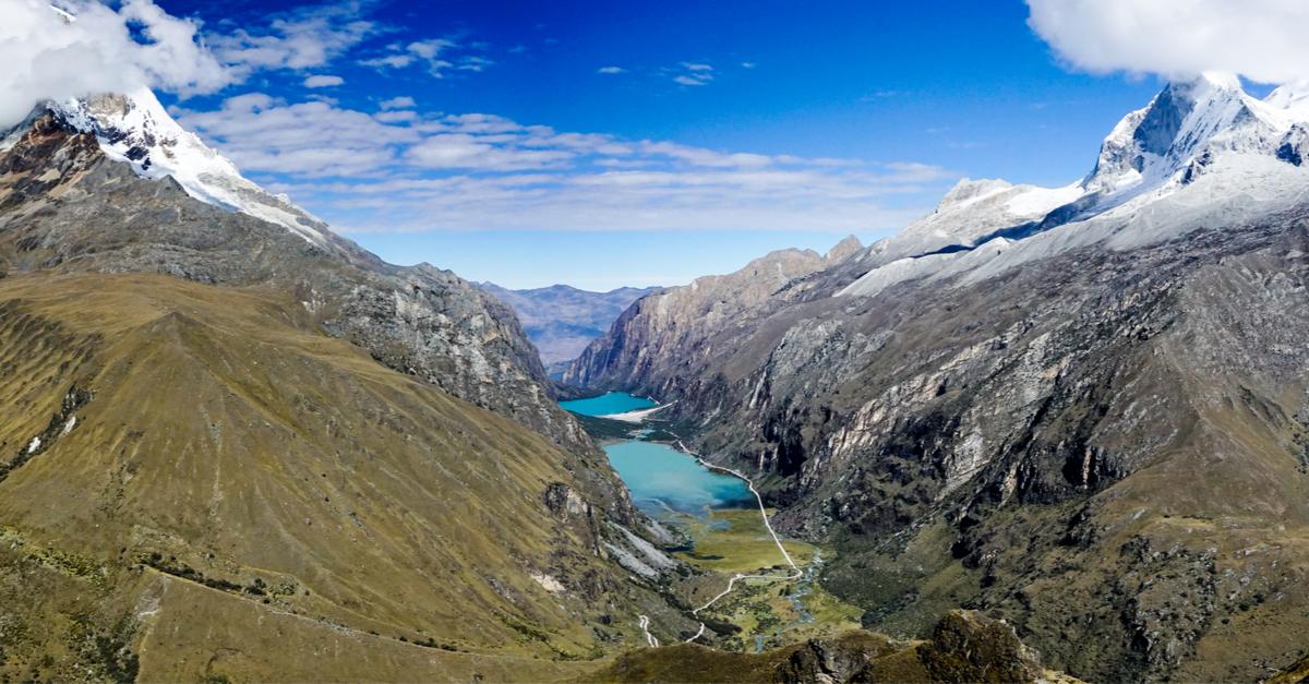Lagunas color turquesa en camino al trekking Santa Cruz