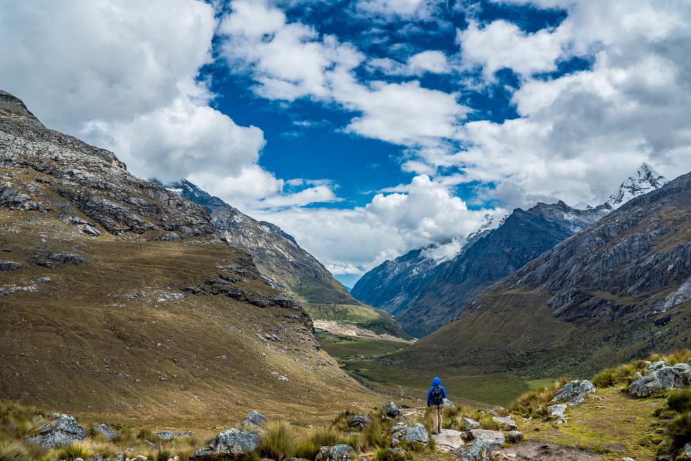Viajero observa paisaje de montaña