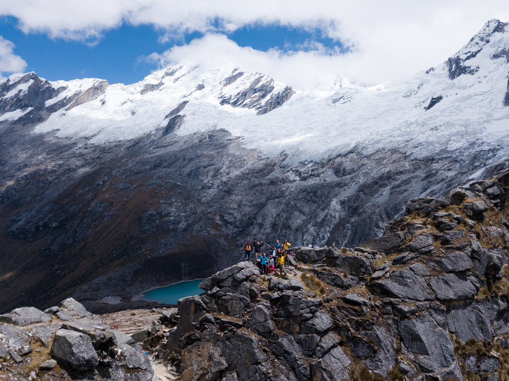 Grupo de viajeros en la montaña durante trekking santa cruz