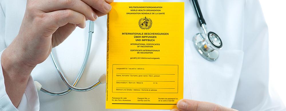 Médico sosteniendo certificado amarillo