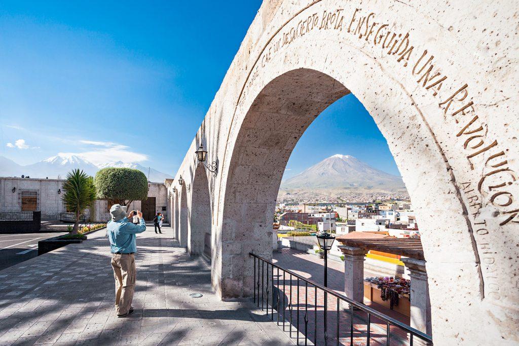 Turista en mirador observando la ciudad