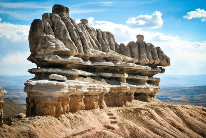 Bosque de piedras con el cielo de fondo