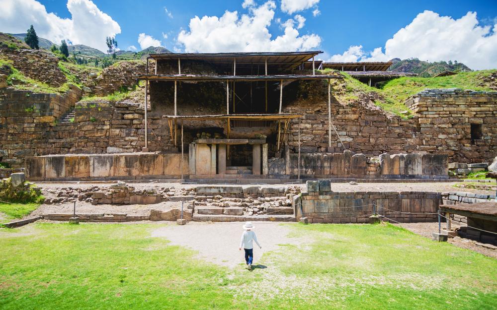 Niño caminando frente a ruinas de chavín de huantar