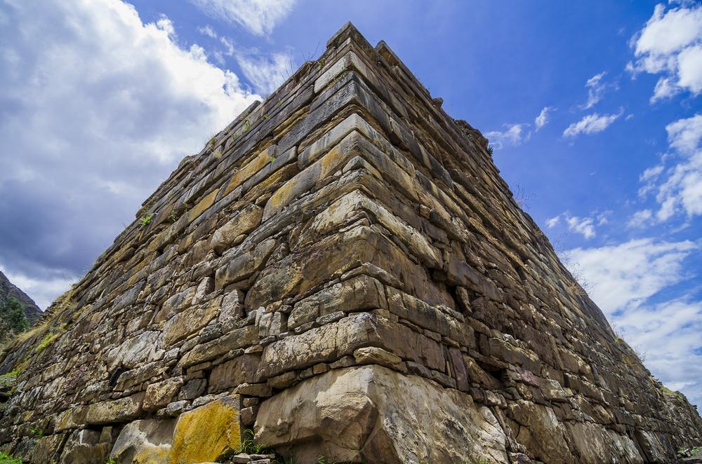 Pirámide de piedras en complejo arqueológico chavin de huántar