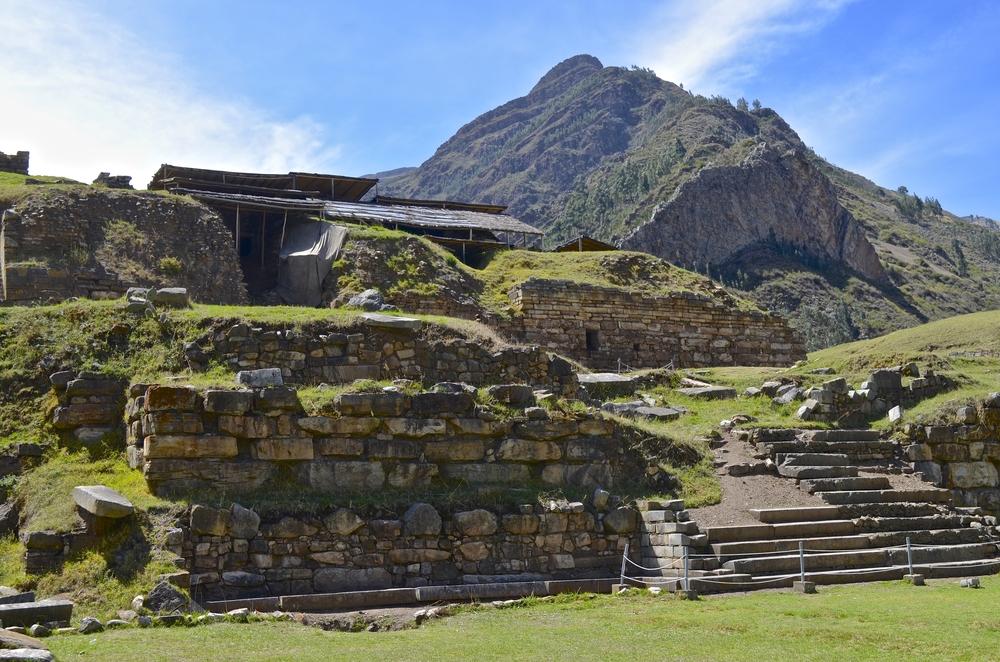 Complejo arqueológico frente a montañas en chavín de huántar